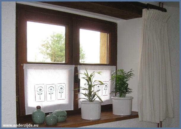 Halve gordijnen studio kop en schotel for Houten decoratie voor raam